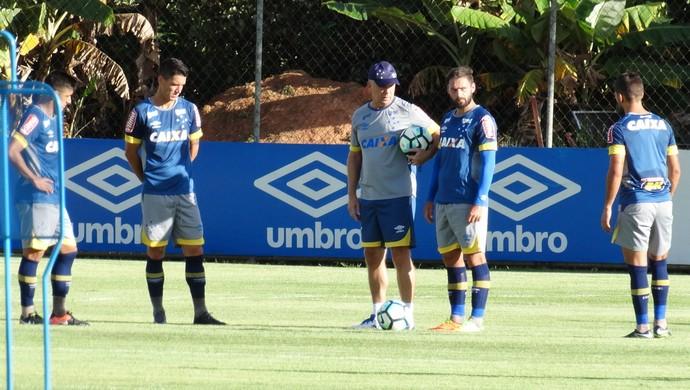 Mano Menezes conversa com jogadores do Cruzeiro durante treino (Foto: Marco Antônio Astoni)
