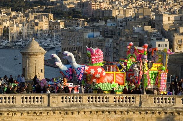 Um carro alegórico passa pelas muralhas da capital Valletta. Do outro lado do Grande Porto, as cidades, também fortificadas (Foto: Haroldo Castro/ÉPOCA)