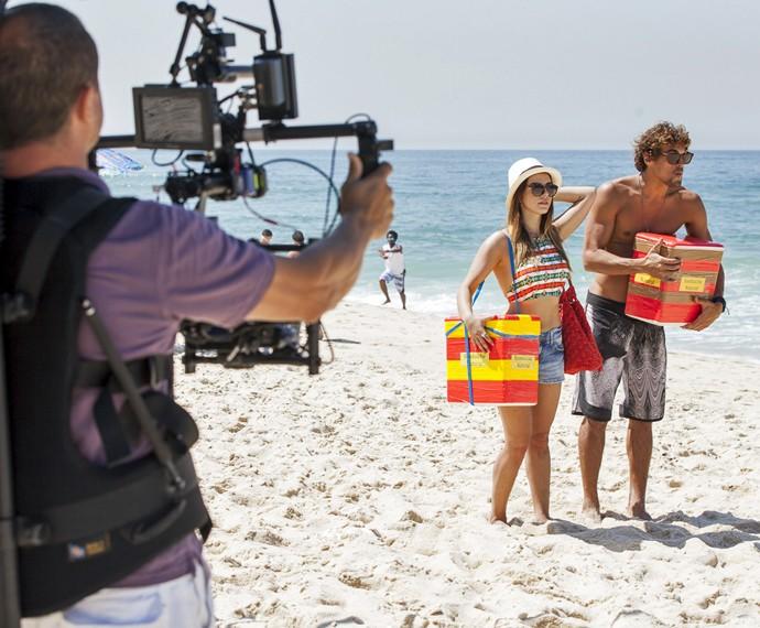Giovanna Lancellotti e Felipe Roque gravam A Regra do Jogo em praia do Rio (Foto: Artur Meninea/ Gshow)