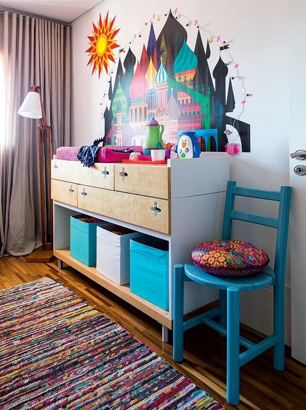 O dormitório da menina revela outro móvel com as mesmas linhas e os mesmos padrões dos demais, desenhado pelos arquitetos. Um colorido adesivo, comprado na whatisblik.com destaca-se na parede (Foto: Edu Castello/Editora Globo)
