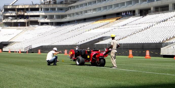 máquina trabalhando no gramado da Arena Corinthians (Foto: Alexandre Lozetti)