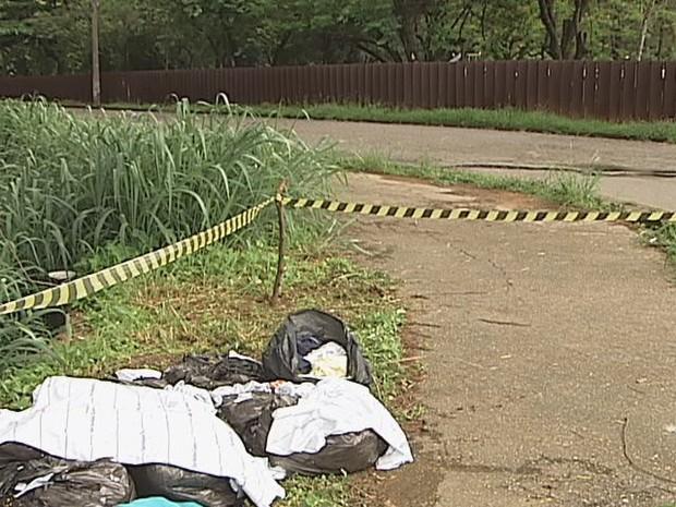 Lixo foi encontrado por gruop de escoteiros (Foto: Reprodução Intert Tv dos Vales)