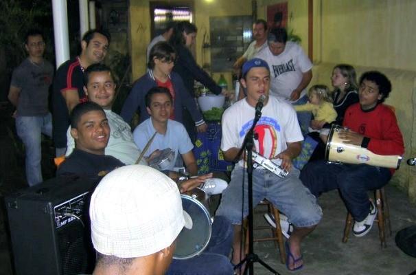 Na adolescência, músicos do Grupo do Bola tocavam em churrascos com os amigos (Foto: Arquivo Pessoal)