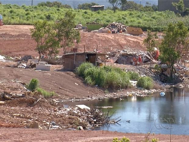 Lago com água contaminada  (Foto: Reprodução/TV Anhanguera)