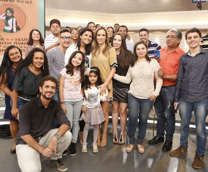 Plateia do programa posa com os apresentadores  (Foto: Ellen Soares/Gshow)