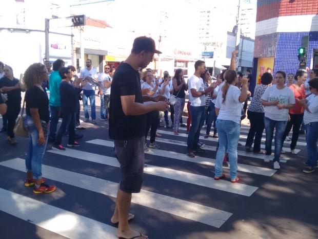 Funcionários da Seleta e da OMEP fizeram protesto na manhã deste domingo (18), em Campo Grande (Foto: Movimento Seleta/OMEP/Divulgação)