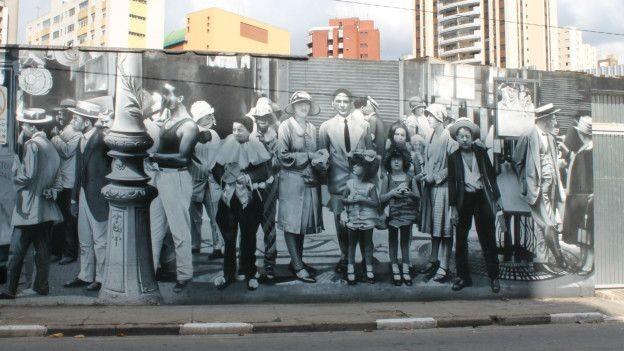 Neste grafite, Kobra optou pelo branco e preto para dar um tom nostálgico na ilustração da São Paulo do começo do século 20 (Foto: Charles Humpreys/BBC)