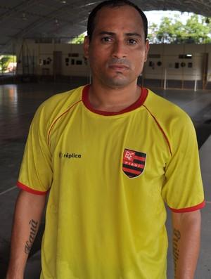 Meia de ofício, Carlinhos poderá atuar como atacante (Foto: Renan Morais/GLOBOESPORTE.COM)