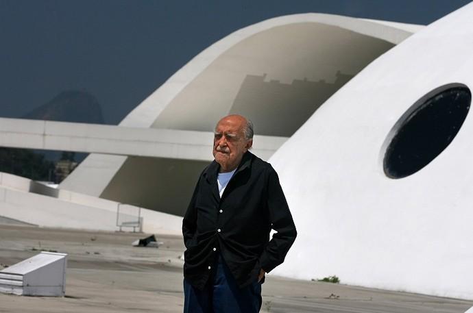 Oscar Niemeyer visita o teatro popular, no caminho Niemeyer, em Niterói (2007) (Foto: Marcia Foletto)