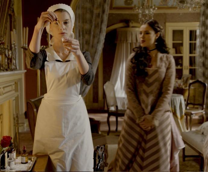 Melissa assiste enquanto Lívia serve o remédio à Condessa (Foto: TV Globo)