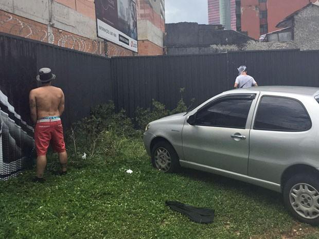 Foliões usam terreno em Pinheiros para se aliviar (Foto: Cauê Fabiano/G1)