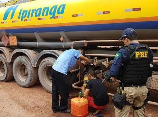 Motorista do caminhão tanque e funcionário da borracharia foram presos em flagrante furtando combustível. PRF Pará Dom Eliseu BR-010 (Foto: Divulgação/ PRF)