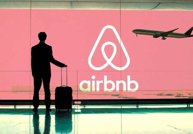 Viajante observa publicidade do Airbnb em aeroporto (Foto: Reprodução/Facebook)