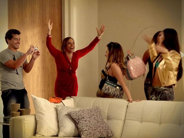 Monalisa é só felicidade ao receber os amigos em casa (Foto: Avenida Brasil / TV Globo)