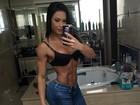 Gracyanne Barbosa faz selfie e bumbum e abdômen impressionam
