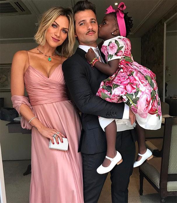 Giovanna Ewbank, Bruno Gagliasso e Titi se preparam para ir ao casamento (Foto: Reprodução/Instagram)