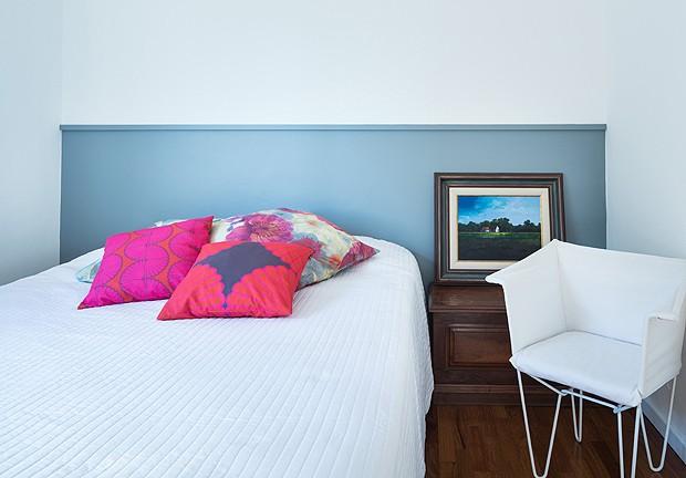 Quarto de hóspedes, com meia parede pintada de cinza-azulado  (Foto: Marcelo Donadussi/Fotografia de Arquitetura)