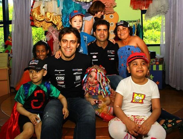 Stock Car - pilotos Átila Abreu e Nonô Figueiredo visitam o GRAACC (Foto: Eduardo Petroni / divulgação)