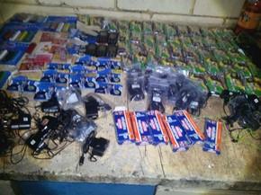 No kit capturado pelos agentes havia fumo, isqueiros. telefones celulares, carregadores, chips e fones de ouvido (Foto: Polícia Civil / Divulgação)