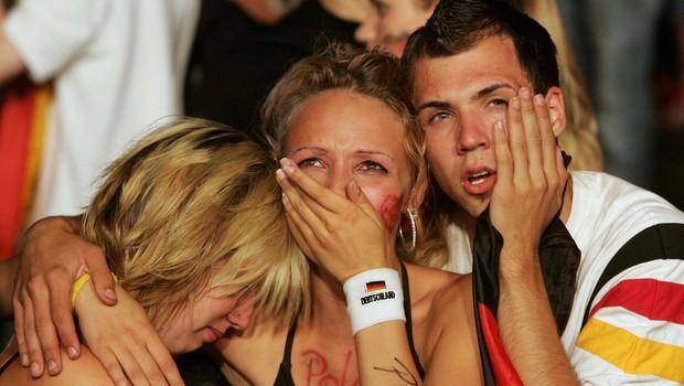 Torcedores alemães em prantos após a derrota alemã para a Itália na semifinal da Copa de 2006, realizada na Alemanha (Foto: Sean Gallup/Getty Images)