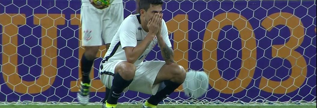 Zagueiro falha e Corinthians perde para o Atlético-MG por 2 a 1