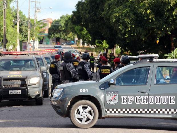 PMs e homens da Força nacional entraram na cadeia pública de Natal (Foto: Wendell Jefferson/G1)