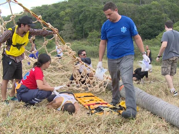 Palmeira cai em cima de atleta durante prova em Vila Velha (Foto: Reprodução/ TV Gazeta)