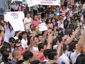Professores federais em greve fazem protesto durante passagem de Dilma pelo interior de Minas (Foto: Pedro Trigineli, do G1 MG)