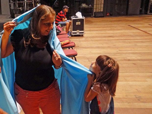 Michelline Torres no ensaio da Paixão de Cristo com a filha, Ana Clara (Foto: Priscila Miranda / G1)