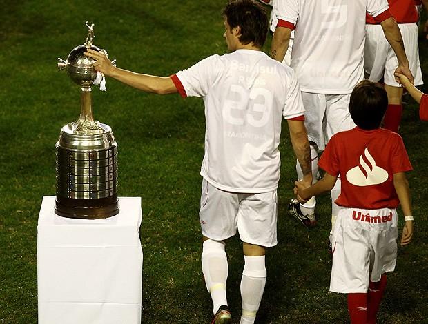 Rafael Sobis passa a mão na taça da Libertadores (Foto: EFE)