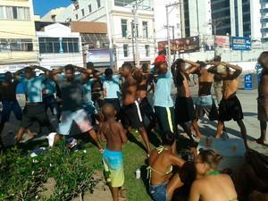 Grupo abordado pela polícia após confusão (Foto: Divulgação / PM)