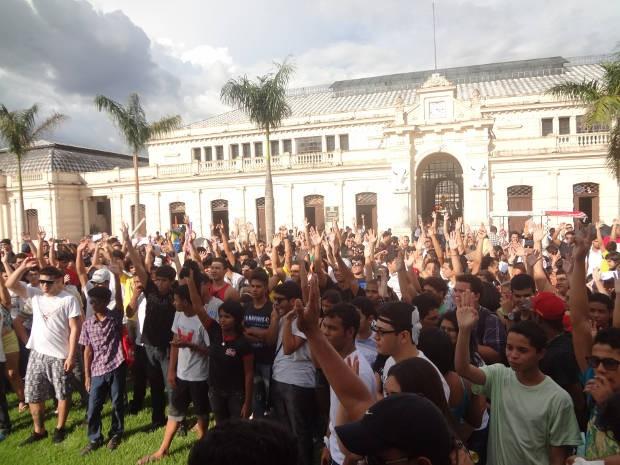 Em Belém, manifestantes se reúnem em frente ao mercado de São Brás antes de iniciar a manifestação (Foto: Gil Sóter/G1)