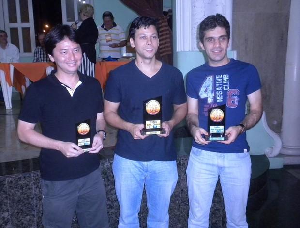 Rafael ao centro, ladeado por Krikor Mekhitarian (dir) e Everaldo Matsuura (esq) (Foto: Divulgação)