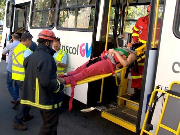 Passageira sai de maca após acidente com Transcol (Foto: Fernando Estevão/ TV Gazeta)