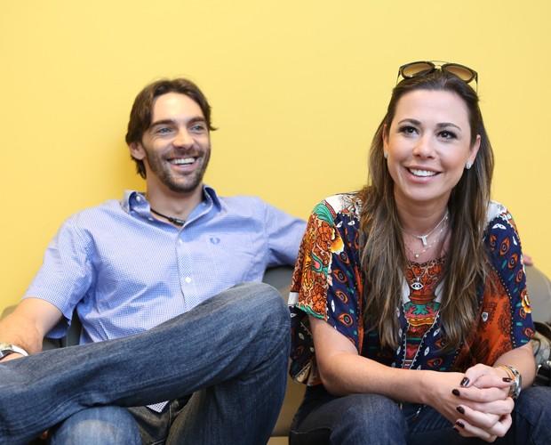Casal se diverte no camarim  (Foto: Isabella Pinheiro / Gshow)