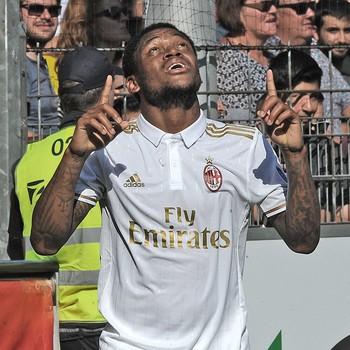 Luiz Adriano fez os dois gols do Milan neste domingo (Foto: Divulgação)