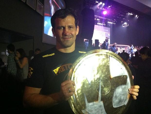 Murilo Bustamante exibe o troféu do Mestre do Combate (Foto: Ana Hissa/SporTV.com)
