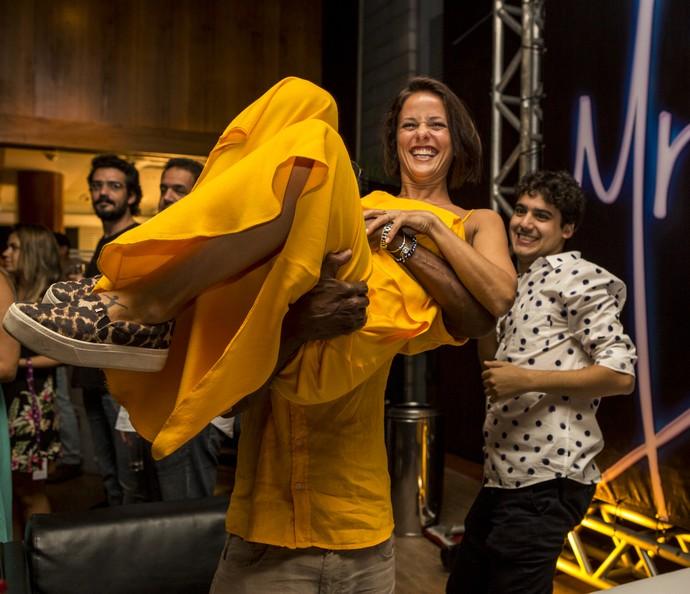Fernanda de Freitas, que dá vida a Andrea na série, foi levantada no colo por Luis Miranda (Foto: Ellen Soares/Gshow)