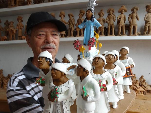 Com peças que variam de R$20 a R$ 1000, a aposta de Mestre Luiz Antônio está na obra Procissão de Iemanjá (Foto: Thays Estarque/ G1)