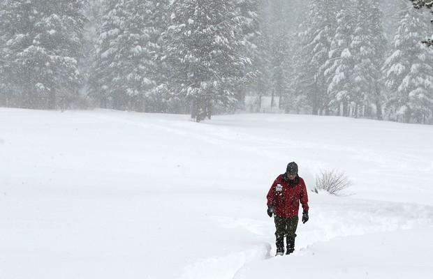 Frank Gehrke, do departamento de recursos hídricos da Califórnia, carrega um medidor de neve, em foto de abril de 2014 (Foto: Rich Pedroncelli/AP)