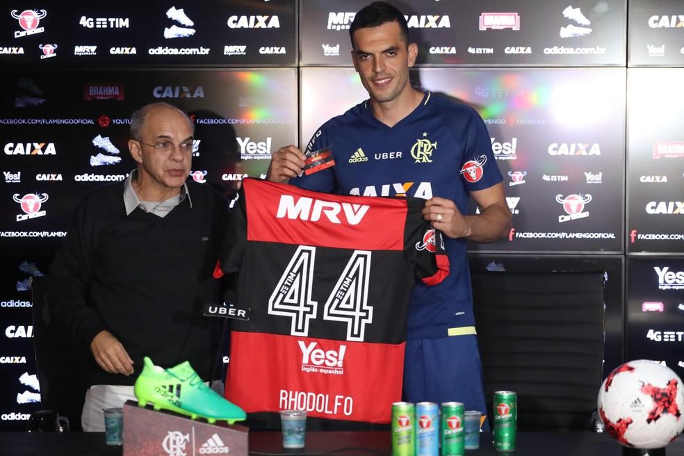 Zagueiro ganhou a camisa 44 das mãos de Bandeira (Foto: Gilvan de Souza / Flamengo)