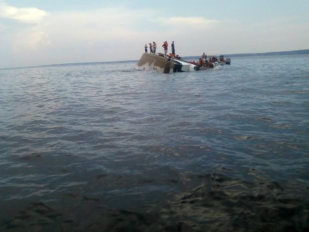 Fortes ventos quebraram vidros e viraram embarcação (Foto: Divulgação/Marinha)