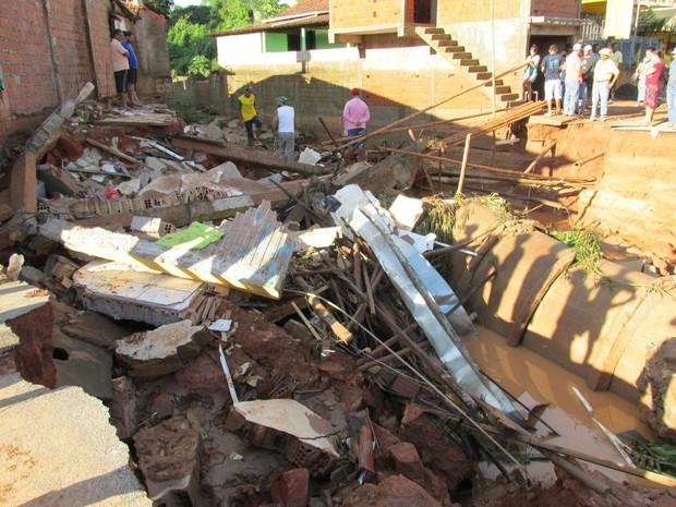 Oito casas caíram em Água Boa, menina de oito anos chegou a ser soterrada, mas foi salva (Foto: Adalberto Gomes)