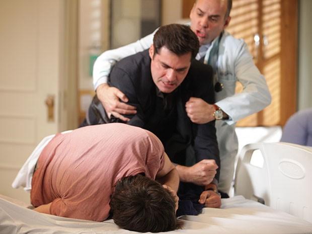 Marcos e Caíque brigam no hospital (Foto: Pedro Curi/Gshow)