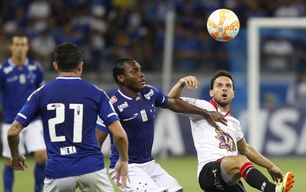 Willians em ação pelo Cruzeiro, diante o Huracán (Foto: Gualter Naves/Light Press/Cruzeiro)