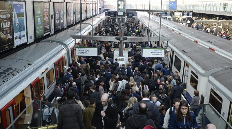 eiros se amontoam na plataforma a espera do metrô na estação de Earls Court, em Londres, no segundo dia de greve dos trabalhadores do metrô