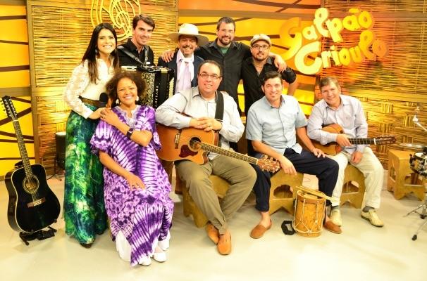 Loma e o Grupo Chão de Areia (Foto: Daniel Bittencourt/RBS TV)