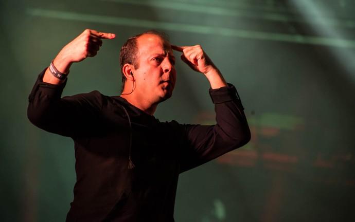 Intérprete de Libras traduz versos de Black Alien para deficientes auditivos (Foto: Mateus Rigola/Gshow)