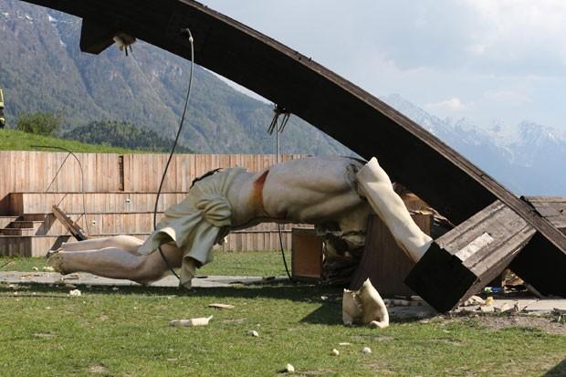 Crucifixo gigante desabou sobre jovem e acabou o esmagando na cidade de Cevo, na Itália (Foto: Ansa)