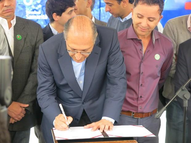 Geraldo Alckmin assinou a liberação de projetos envolvendo o VLT (Foto: João Paulo de Castro / G1)